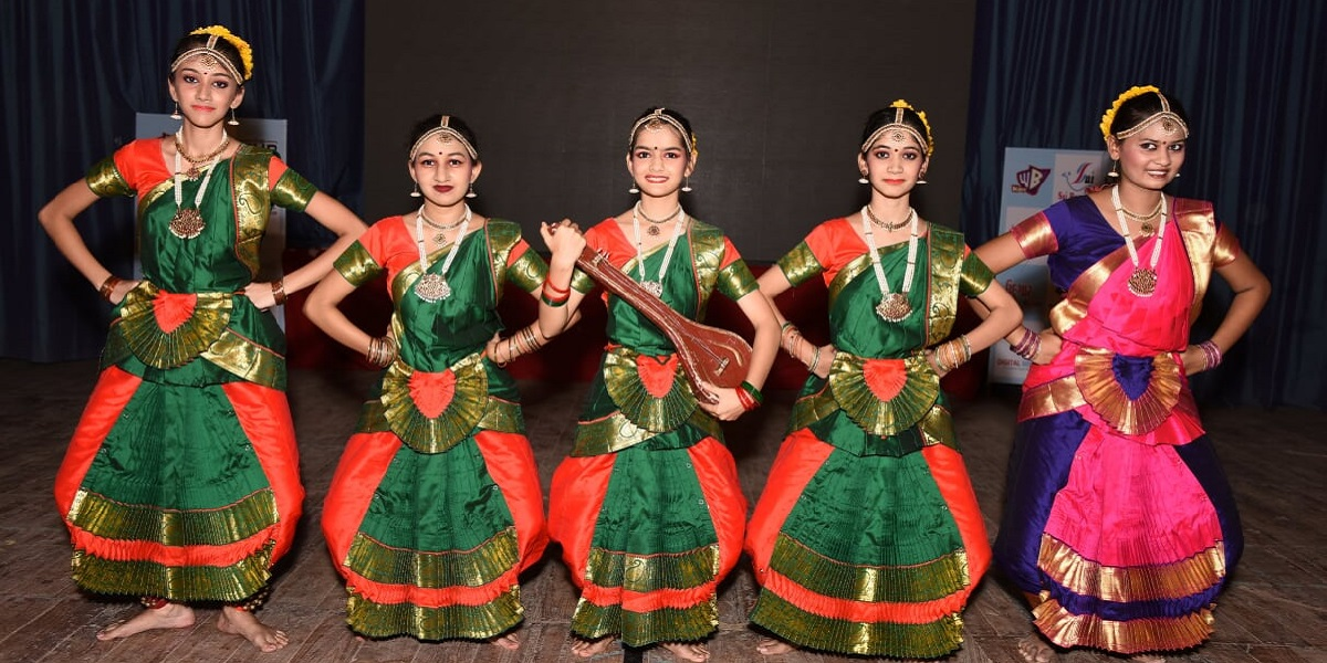 stage performance of Bharatanatyam training classes of pratibha academy